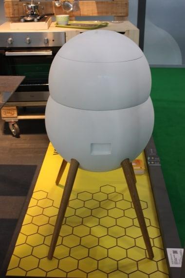 Un'arnia urbana in cui apicoltura e design si fondo armonicamente. Progettato da Nicolò Donna e Ada Bisziok in collaborazione con Realizzatori di idee