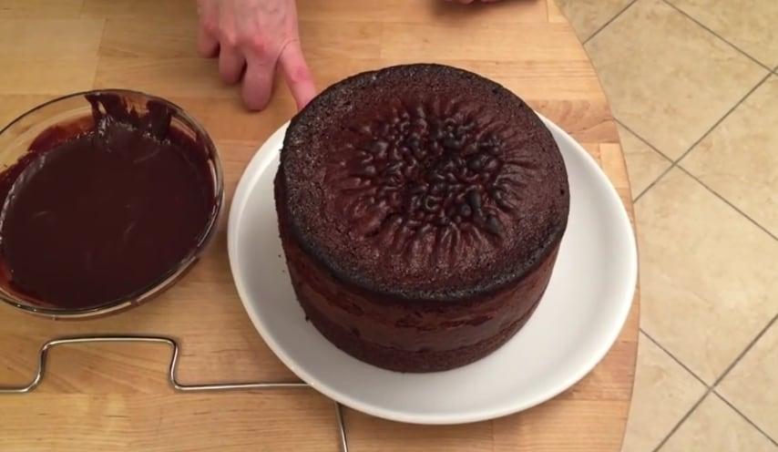 Dopo aver fatto cuocere e lievitare a dovere il pan di spagna al cioccolato, create della crema ganache al cioccolato, più facile da spalmare e più gustosa.