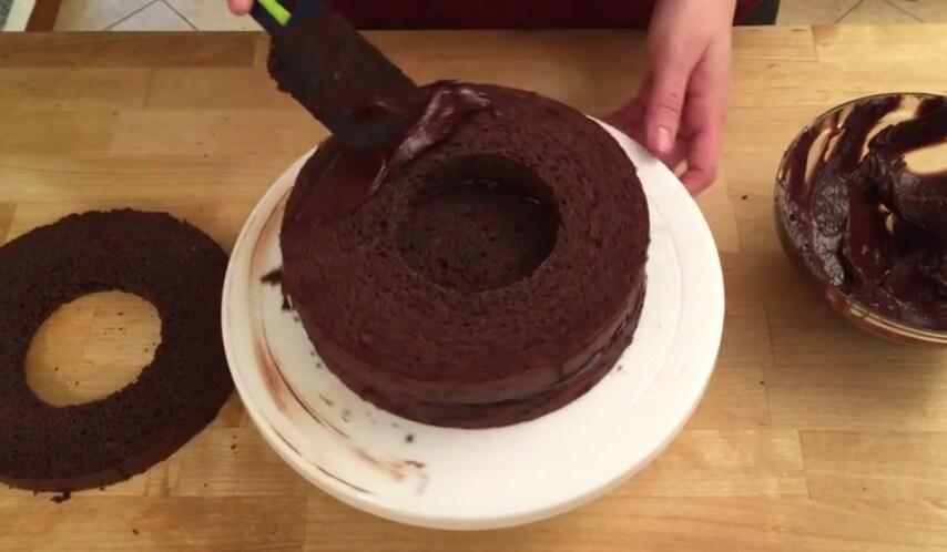 Posizionare lo strato centrale sopra la base e spalmandoci sopra la crema ganache.