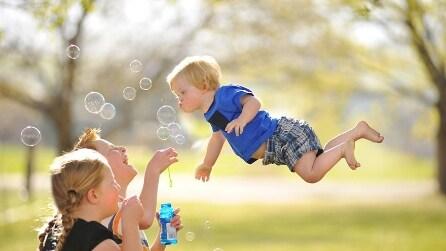 """""""Wil Can Fly"""": le foto del bambino Down che vola come un supereroe"""