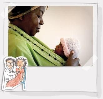Ogni anno 40 milioni di donne partoriscono senza un aiuto qualificato e non hanno accesso a cure e assistenza sanitaria. Ogni giorno circa 800 mamme muoiono per cause facilmente prevenibili. Nelle situazioni di emergenza, assicurare quindi una visita medica a una mamma è fondamentale per garantire la sua salute e quella del suo piccolo, specialmente nelle 24 ore successive al parto. Prezzo 9 €