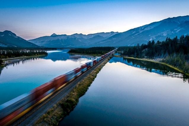 Il treno che percorre il Parco Naturale di Jasper, nel cuore delle Montagne Rocciose canadesi, Patrimonio dell'Unesco, presenta scomparti destinati ai turisti con finestre più ampie proprio per ammirare il paesaggio.