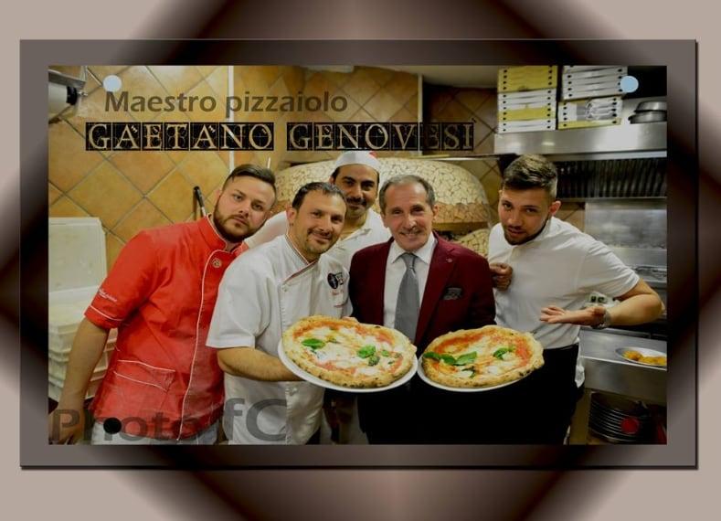 Foto ricordo scattata alla pizzeria Gaetano Genovesi in via Manzoni Napoli