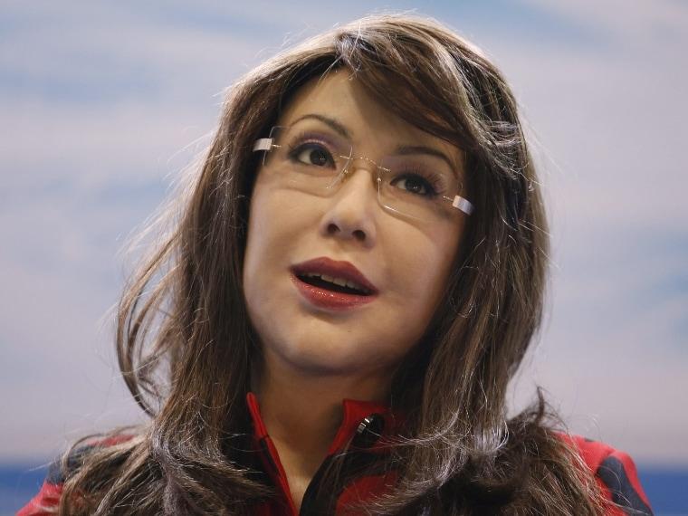 La donna robot dalla faccia espressiva.