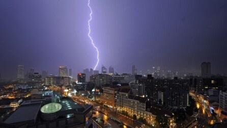 Straordinarie immagini di una terribile tempesta elettrica nel cielo notturno di Singapore