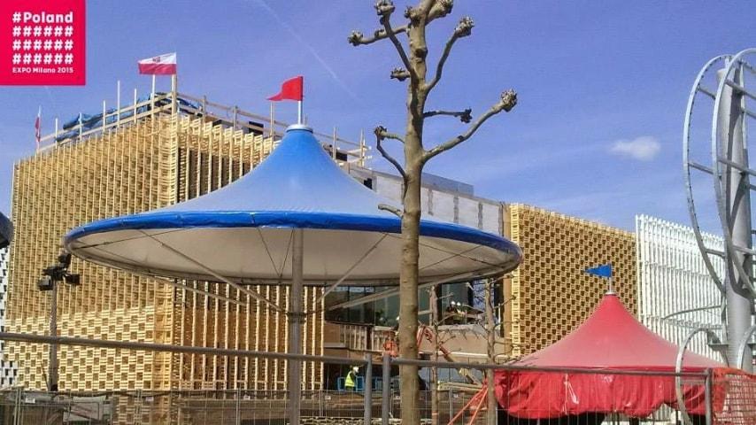 Non completato. Da una foto scattata il 29 aprile per il padiglione Polonia si vede davanti un'immagine del Padiglione dei Paesi Bassi, una sorta di luna park, ancora in fase costruttiva, decisamente in ritardo.