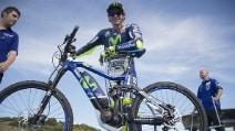 Valentino Rossi prova la bici elettrica a Jerez