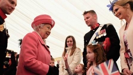 La regina Elisabetta celebra la Royal Baby in abito rosa