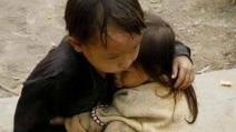 Nepal, protegge la sorellina di 2 anni dal terremoto