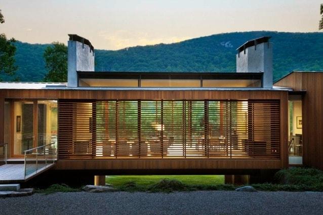 La villa, ideale per i fine settimana, si trova vicino al fiume Housatonic e al Kent Falls State Park ed è perfettamente elegante, funzionale e in armonia con la natura.