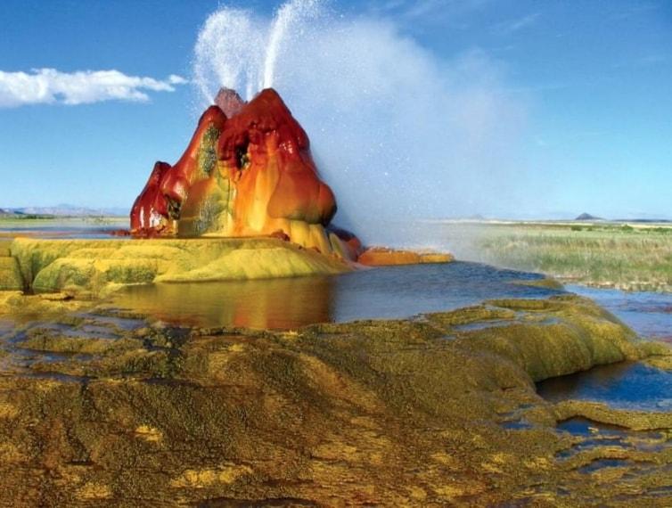 Un gayser naturale ma non troppo: è nato infatti a causa delle perforazioni alla ricerca di energia geotermica.