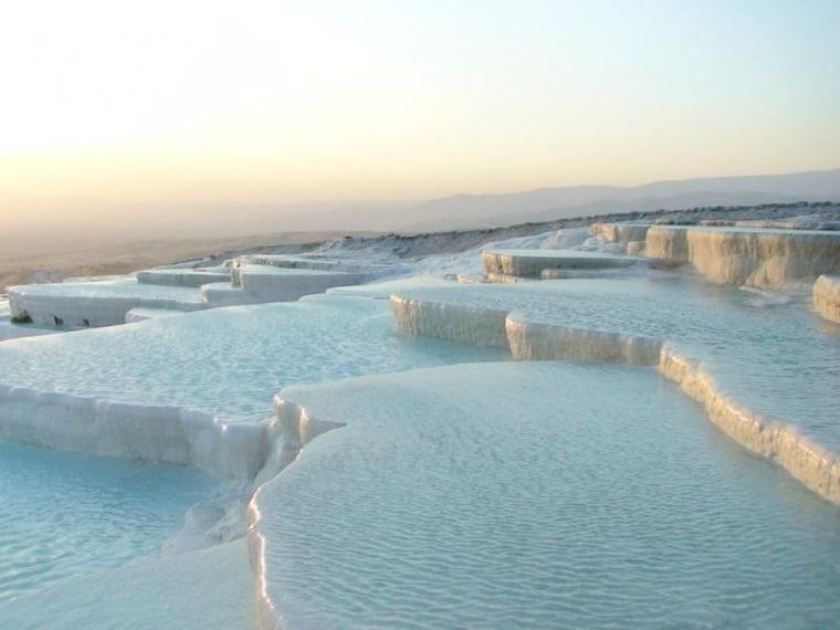 """Il """"castello di cotone"""" turco nasce dal raffreddamento delle acque termali che sgorgando si solidificano e compongono questo scenario paradisiaco."""