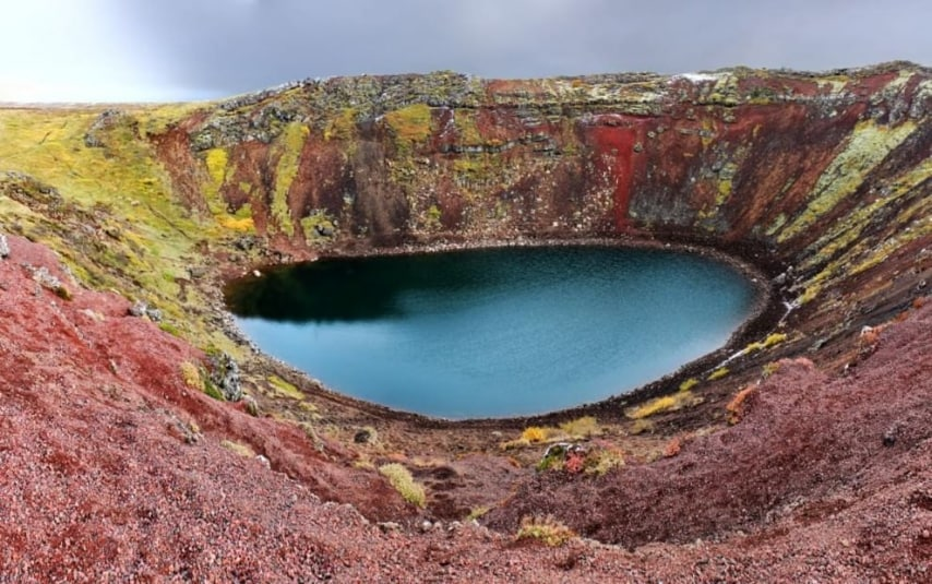 Ormai spento, il vulcano si è trasformato in un lago naturale spettrale.