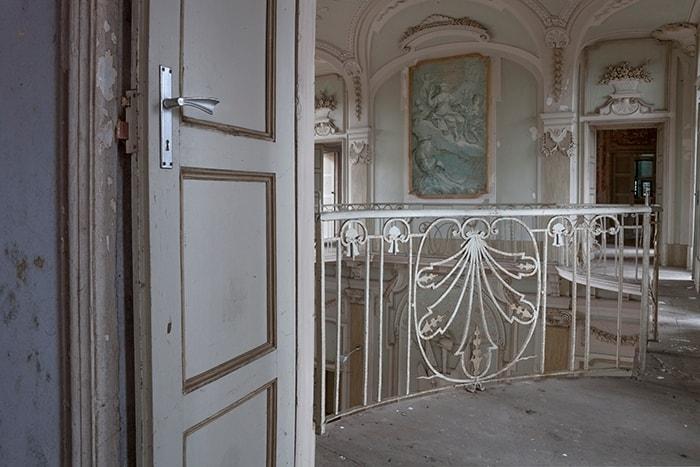 Villa settecentesca, ebbe illustri proprietari, ora abbandonata ma ancora in buone condizioni generali. caratterizzata da un grande salone affrescato e circondata da un immenso parco
