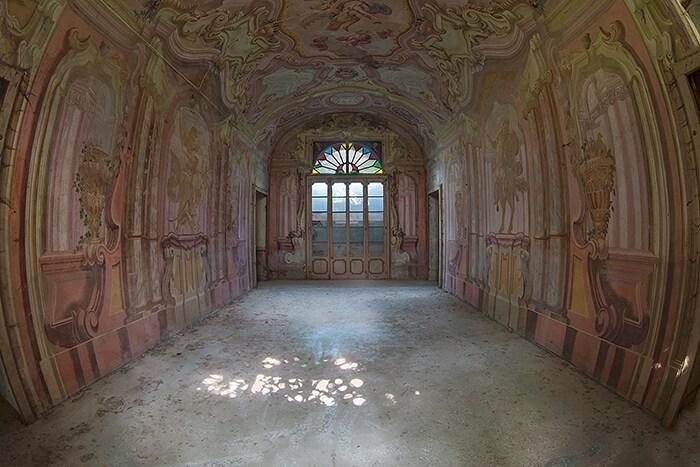 Non si hanno notizie di questo palazzo, non molto grande ma caratterizzato da un bellissimo salone affrescato dalle tinte rosacee