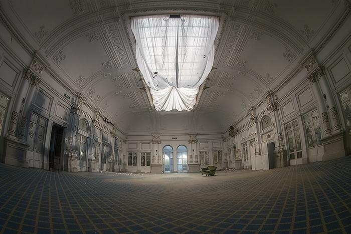 Sfarzoso hotel ,una volta al centro della mondanità ora in totale degrado.