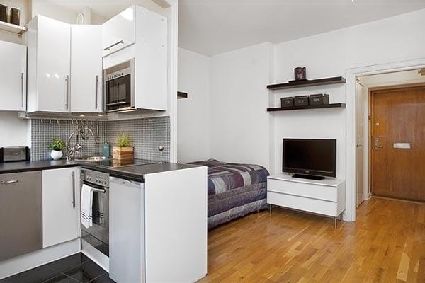 Dividere la stanza in due parti diversi, utilizzando mobili o pareti attrezzate.