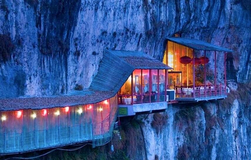Fangweng è conosciuto come il ristorante appeso perché è costruito in valle della Gola Xiling. Diverse centinaia di piedi sotto il pavimento scorre il fiume Yangtze. Un'esperienza unica.