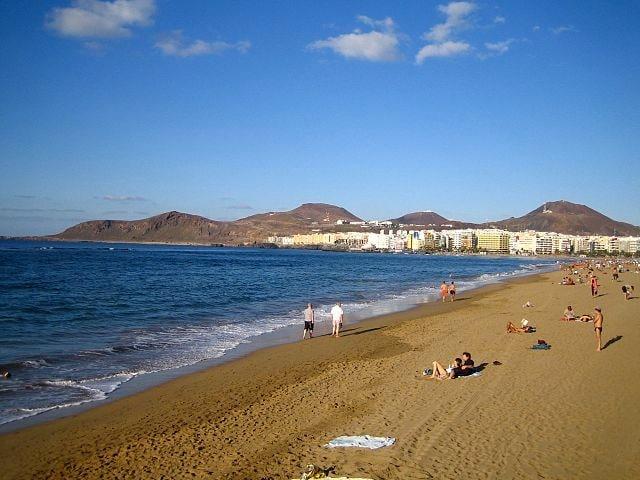 http://no.wikipedia.org/wiki/Playa_de_Las_Canteras#/media/File:Playa_de_las_canteras_24_Dec2006_palmas_gran_canaria.jpg