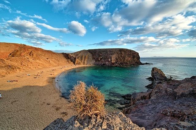 http://de.wikipedia.org/wiki/Papagayo-Str%C3%A4nde#/media/File:Lanzarote_1_Luc_Viatour.jpg