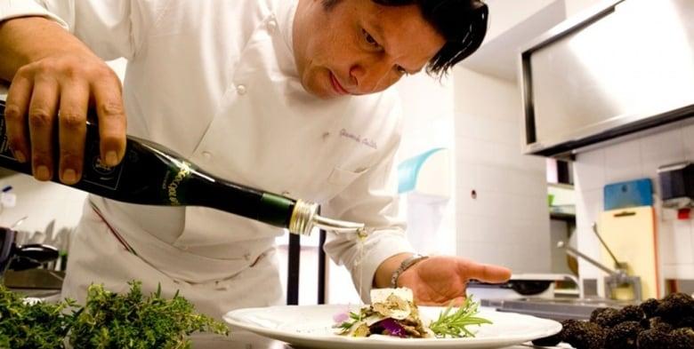 """Giancarlo, il """"Capitano"""" è economista, fotografo, albergatore e chef. Ama parlare di cibo e conosce ogni produttore in Umbria. Gli ospiti possono degustare vini e formaggi tipici."""
