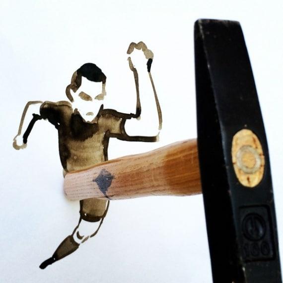 A formare la gamba in prospettiva è proprio un martello