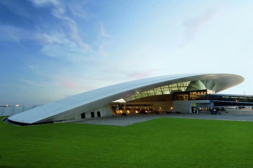"""Meglio conosciuto come """"Carrasco"""" - dal nome di un sobborgo a 15 km dal centro di Montevideo in cui si trova - questo aeroporto in crescita ha raggiunto un grado di fama internazionale per il suo nuovo terminal raffinato ed elegante inaugurato nel 2009, progettato dal uruguaiano di nascita, architetto di New York, Rafael Vinoly."""