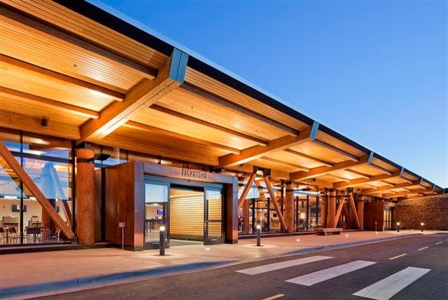 A differenza dei freddi e asettici aeroporti, Il Jackson Hole Airport è costruito in pietra e legno per creare un'atmosfera calda ed accogliente