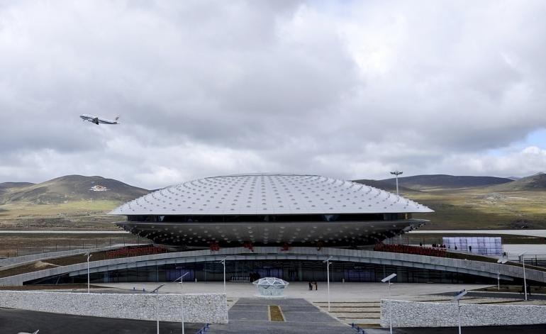 Sembra un ufo atterrato sulla Terra invece è l'aeroporto più alto del mondo che raggiunge uno dei luoghi più impervi, un tempo collegato solo da autobus.