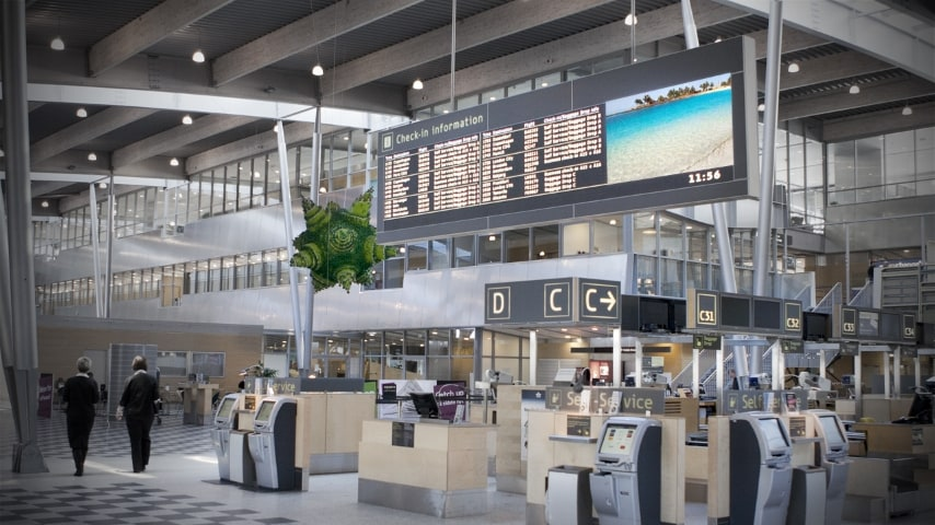 Ecco l'aeroporto di Legoland che serve appunto il famoso parco a tema e accoglie i passeggeri in luoghi arredati e decorati dai famosi mattoncini colorati, come i lampadari Lego in foto.