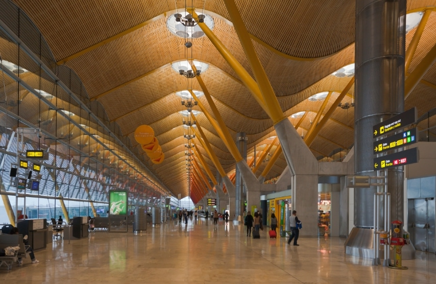 Progettato da Richard Rogers, incanta i passeggeri con la sua copertura ondulata