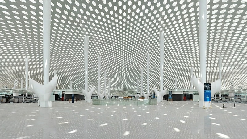 Progettato dall'archistar Zaha Hadid con la forma di un aereo, si candida ad essere l'aeroporto più trafficato del mondo.