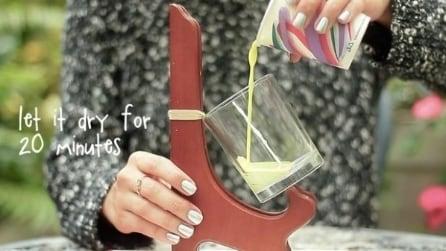 Inclina il bicchiere e versa un liquido colorato: ecco cosa crea
