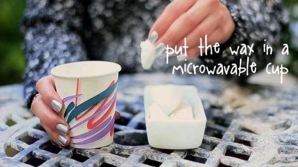 Poi sciogliete della cera in un bicchiere per microonde