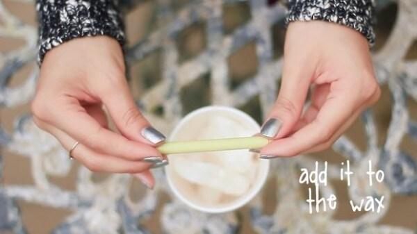 Scegliete un pastello del colore che preferite e scioglietelo assieme alla cera, precedentemente sciolta