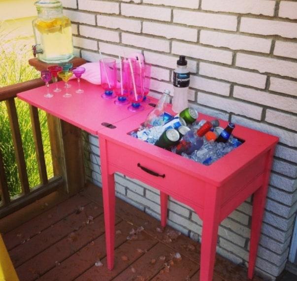 Ha quindi riempito la teglia incastonata con cubetti di ghiaccio, trasformando così un vecchio tavolino da cucito in un fantastico tavolo da bar.