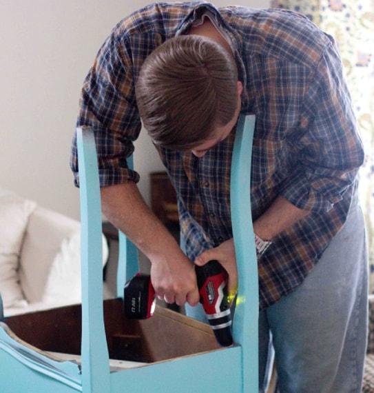 Ha poi inserito una vecchia teglia inutilizzata nel foro al centro del tavolino dove prima c'era la macchina da cucire.