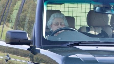 La regina Elisabetta al volante ad 89 anni