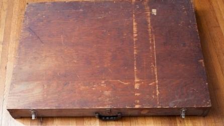 Trova una scatola di legno in un cassonetto ma quando la apre non può credere ai suoi occhi