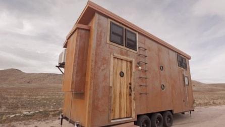 Costruisce una casa come nell'800 e ci va a vivere dentro. Una carovana post moderna