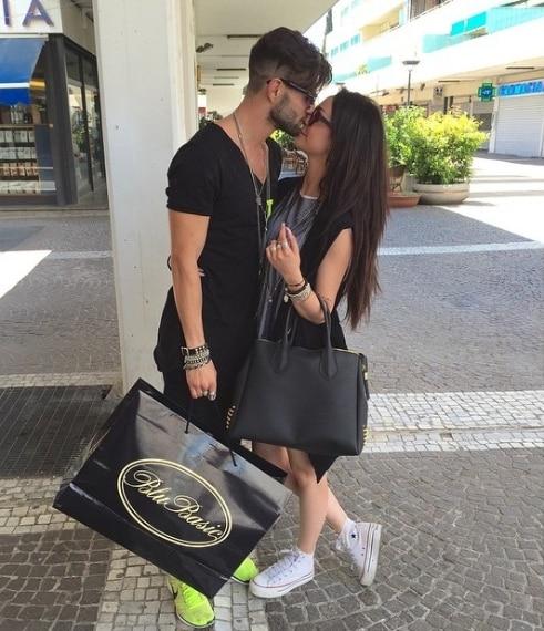 Altro che crisi: Andrea e Valentina festeggiano con un bacio romantico il loro primo mese insieme.