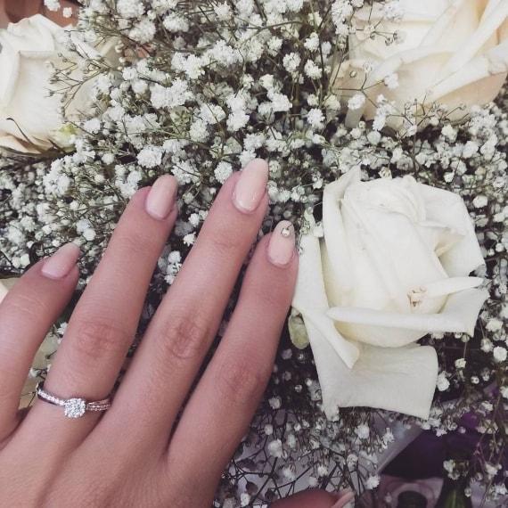 Proposta di matrimonio per Sharon Bergonzi, ex corteggiatrice di Andrea Cerioli a Uomini e Donne. La ragazza sposerà il fidanzato Valerio Tene.