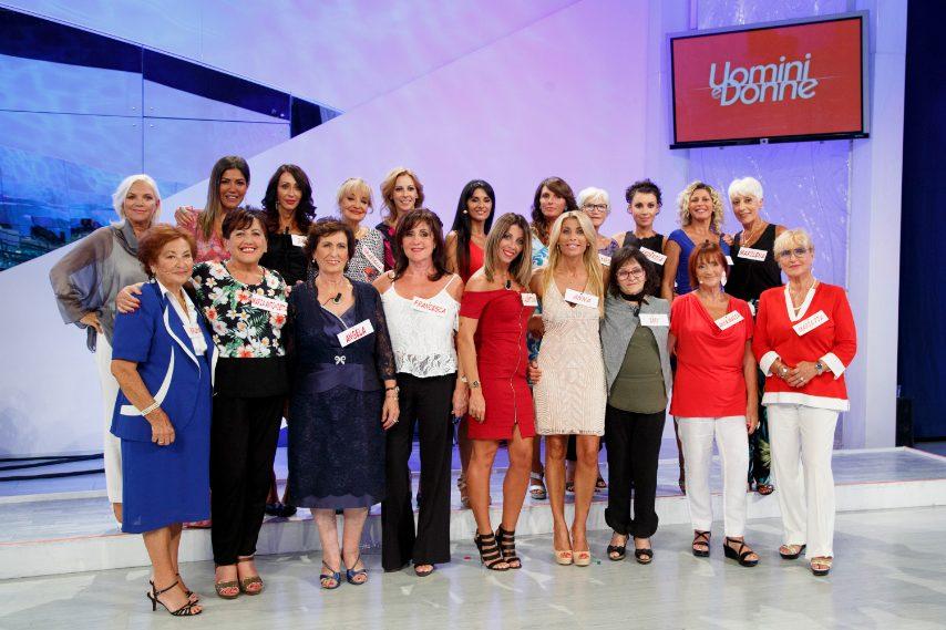Manca Gemma Galgani, l'unica tra le donne a non posare insieme alle altre colleghe.
