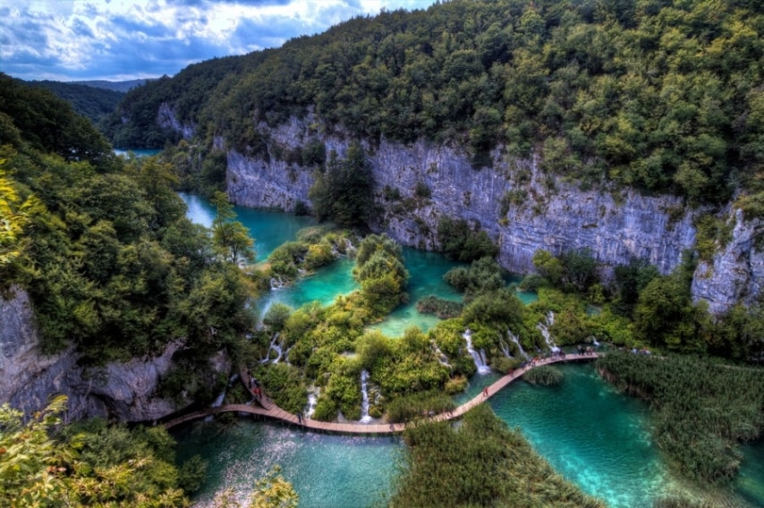 Il Parco nazionale Patrimonio dell'Umanità comprende 16 laghi in successione, collegati da una serie di cascate. Dighe naturali separano le varie piscine naturali, circondate da grotte in gran parte inaccessibili.