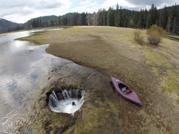l lago Lost che si trova in Oregon sta scomparendo sempre di più. Si tratta di cratere vulcanico che si riempie in inverno e poi si prosciuga in estate. ll buco è stato probabilmente creato dal passaggio della lava molto fluida.