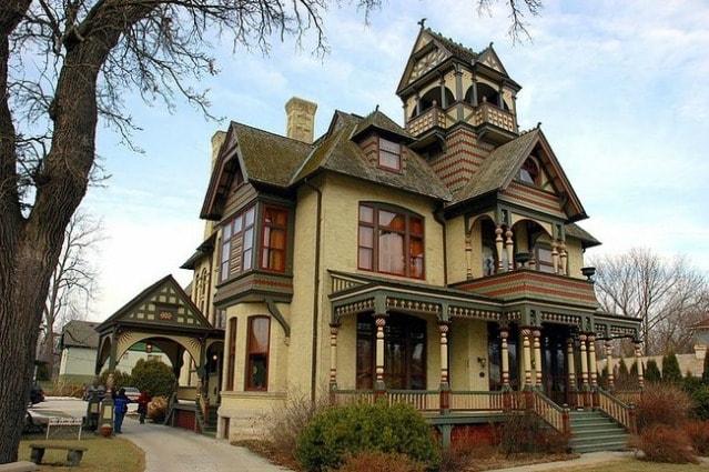 La casa in vendita è uno stabile d'epoca risalente al 1800, finemente rifinito, dove sembra sia morto nel 1913 il vecchio proprietario Allyn mentre leggeva nel salotto e le pagine dei libri che girano e il suo colpo di tosse ancora sono percepibili - 1,2 milioni dollari.