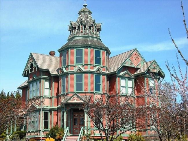 Costruito nel 1889 da George Starrett per sua moglie, Ann, questo palazzo presenta una cupola torre, un calendario solare, spiriti occasionali.