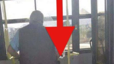 L'uomo è nell'autobus... ma guardate meglio la foto! Incredibile