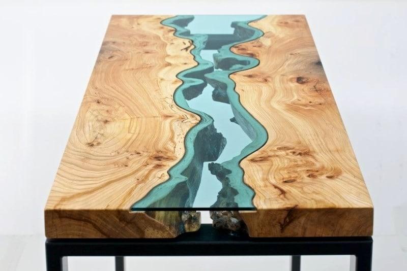La fenditura centrale colorata dall'applicazione del vetro, dà l'impressione del letto di un fiume che scorre.