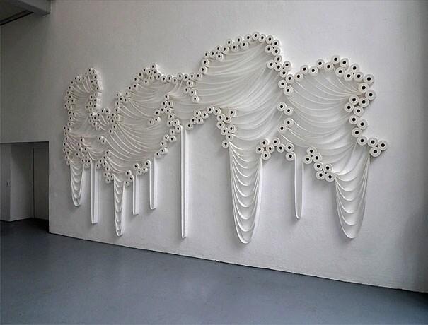 Questa non è la prima volta che Sakir scopre e rivela il potenziale artistico degli oggetti comuni di ogni giorno.